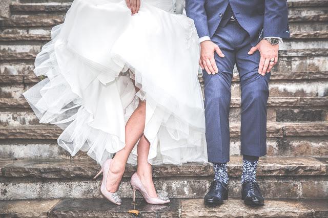 biała sukienka na wesele