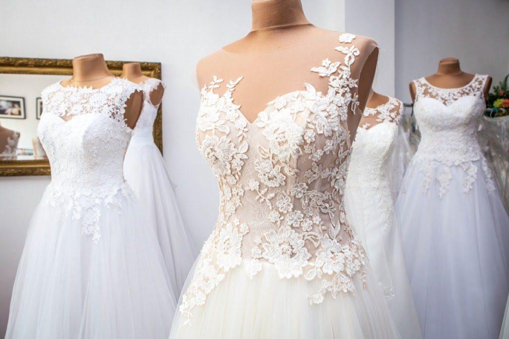 niska panna mloda 1024x683 - Jak dobrać suknię ślubną dla niskiej Panny Młodej?