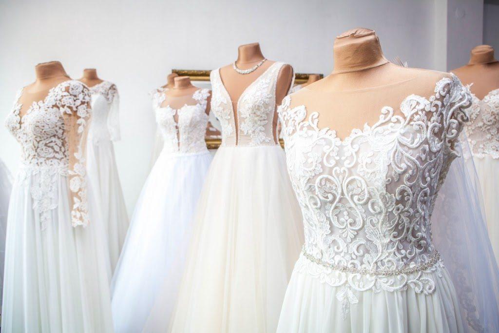 suknia dla niskich 1024x683 - Jak dobrać suknię ślubną dla niskiej Panny Młodej?