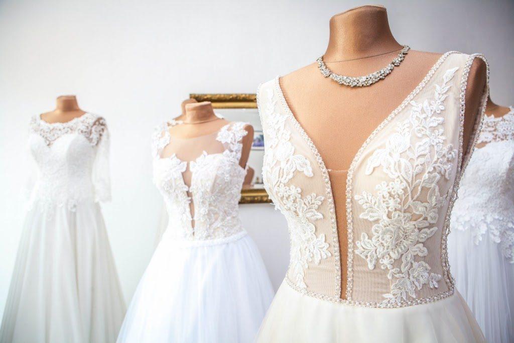 suknie slubne dla niskich 1024x683 - Jak dobrać suknię ślubną dla niskiej Panny Młodej?