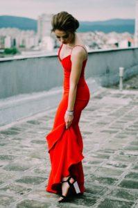 sukienka maxi na wesele 199x300 - Najpiękniejsze sukienki czyli jak się ubrać na wesele jako gość?