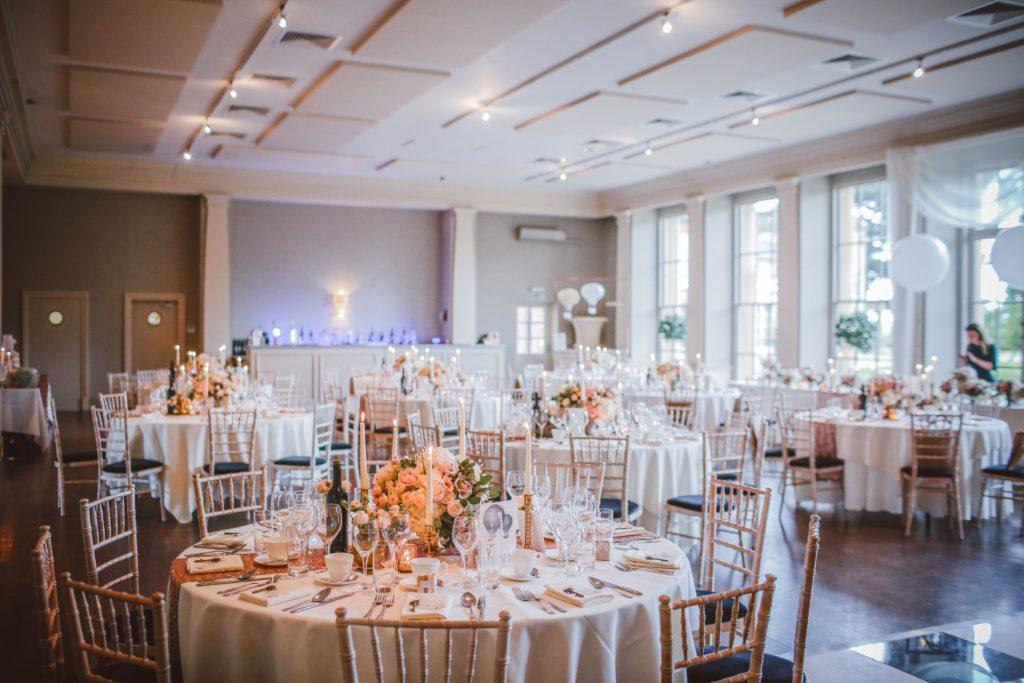 stoły-okrągłe-na-weselu